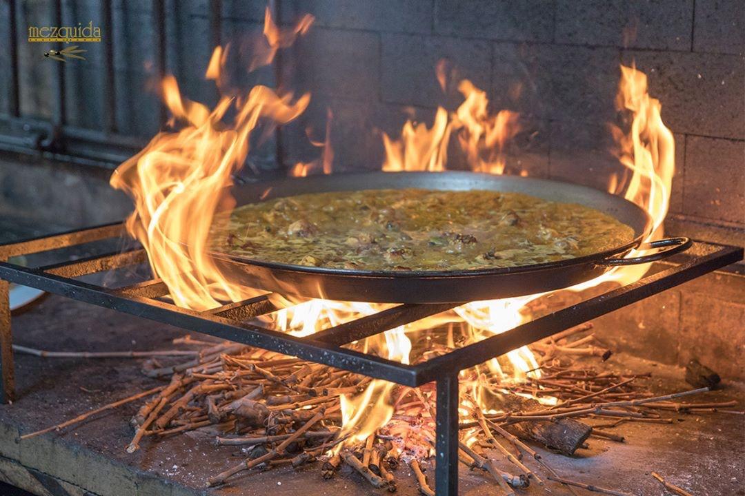 Cocinar paella al fuego